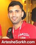 مسلمان از چمن ورزشگاه به چه کسی در جایگاه ویژه اشاره کرد